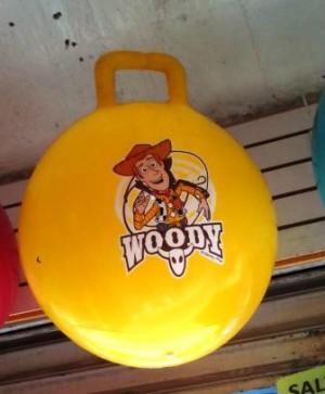 pelotas saltarinas decoradas con personajes de caricaturas